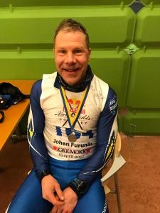 """Johan Furunäs, kusin till Mikael Furunäs, satt länge solo i en morgonutbrytning. Som mest ledde han med 5 minuter. """"Det gick ju så långsamt, men jag ska erkänna att jag sedan fick betala för att jag var uppe och borrade med nysnö i spåret i början""""."""