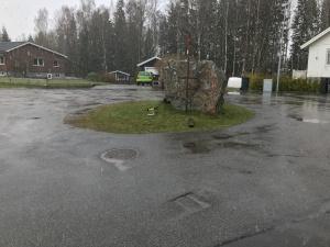"""Stora stenen. Vi bor längst upp på en gata med vändplats. Där brukar det bli cykling, skateboardande, klättrande och """"utebandyspelande"""""""