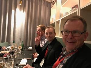 Anders Engström från Alewalds till höger och Vasalöparens annonssäljaren Victor Kenttä med segertecknet.