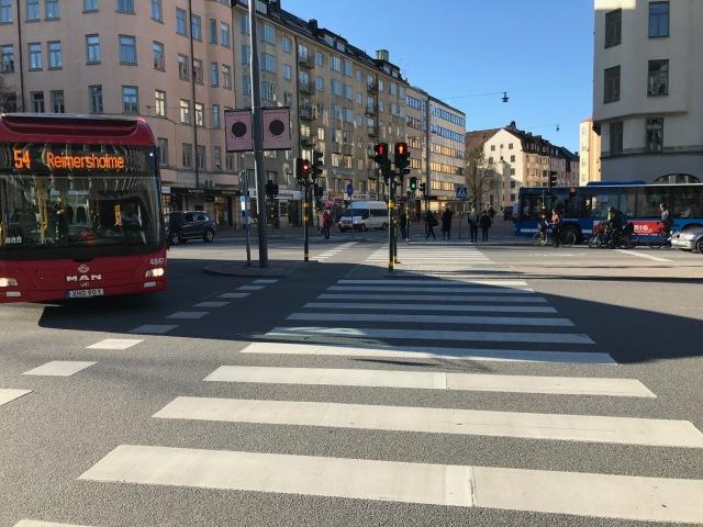 Jag gillar Stockholm. Men jag skulle aldrig vilja bo där. Storstadens puls med många centrala grönområden. Men bok för trafikerade vägar och på tog för få rejäla skogar för att jag skulle kunna tänka mig att bo där.
