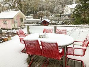 Snö i Borås 11 maj 2017. Maj, som fyllde 3 år igår, frågade om det var vinter eller vår i morse. Jag hade inget bra svar på den frågan.