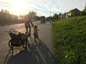 Den klassiska upplägget i uppförsbackarna. Maj i Charioten, Astrid på cykel med knuff i ryggen och jag som blir trött i benen. Ida myste bakom i sin elcykel.