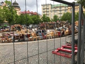 Jag hade tågbyte i Örebro med 1,5 h väntetid. Åt lunch på Wong i centrum efter tips av Johan Kask. På torget var det en himla massa stolar. Först trodde jag det var en stol-loppis, men insåg sedan att de måste vara en installation. Dock inte direkt det snyggaste konstverk jag sett.