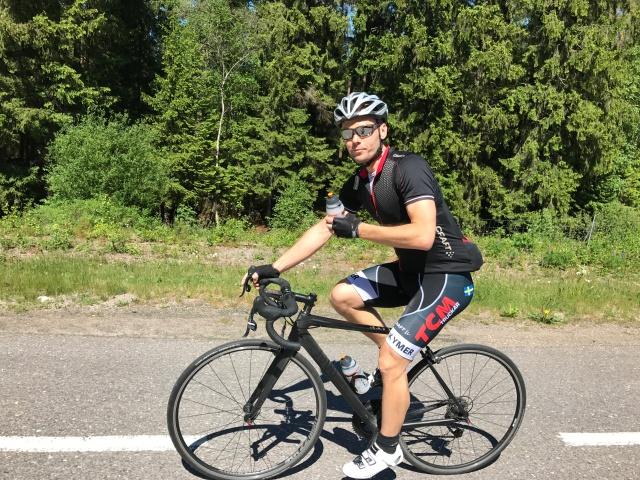 Martin Isenwald med sin nya landsvägscykel. Han köper och säljer alltid en massa sportprylar. Och jagar gram. En ständig jakt.