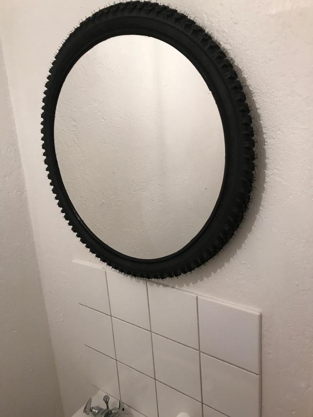 MTB-däck som ram till badrumsspegel