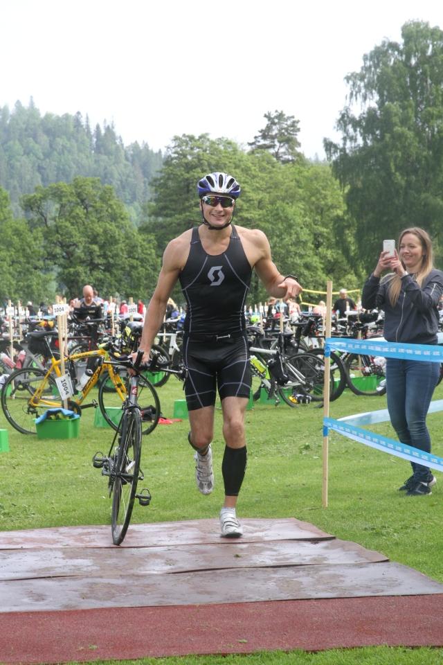 Nicklas Yderhag var först upp i vattnet, men gjorde en sjuuuukt långsam växling. I mål var han 20:e man.