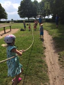 Taktiken dras upp inför dragkampen på lekplatsen utanför Tycho Brahes museum på Ven