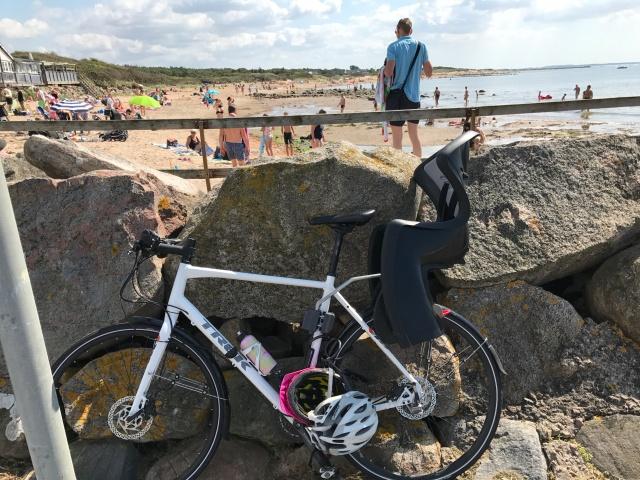Stranden i Vejbystrand. Vy från hamnen. Min hydrid-Trek funkar fint både med cykelstol och Chariot.