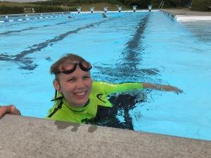 Ellen Lindell crawlar i Vejbystrands utebad