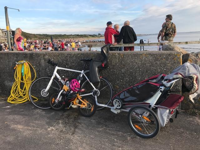 Charioten blev inte lika mycket använd som vanligt i Vejbystrand. Astrid cyklade och Maj ville sitta i barnstolen.