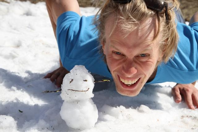 Minisnögubbe vid en snöläga i Grövelsjön