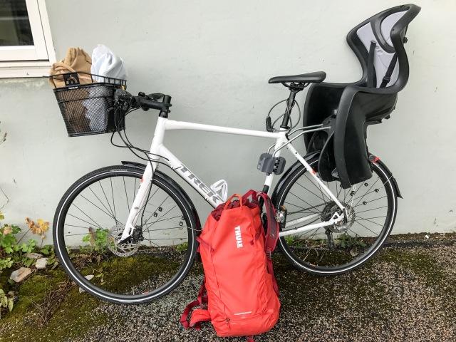 Cykelkorg, barnstol och vardagsryggsäcken från Thule. Vanligtvis lämnar vi på dagis med Charioten, men Astrid cyklar ofta själv nu och då sitter Maj barnstolen.