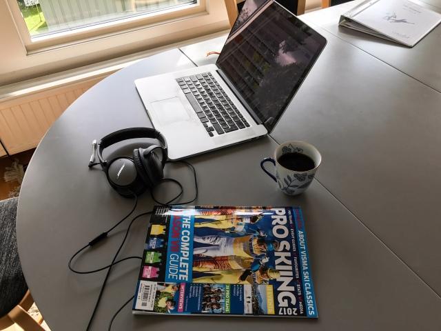 Redaktionsmöte på telefon för Pro Skiing 2018. I förgrunden ligger förra årets magasin.