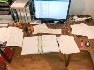 Så här ser mitt skrivbord ut när jag gör bokföring. Det är inte min favoritsyssla. Jag tycker bättre om att hålla på med mina verkliga verksamheter.