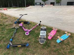 Lundby skatepark med kickbike och skateboard. Väldigt trevlig grej.