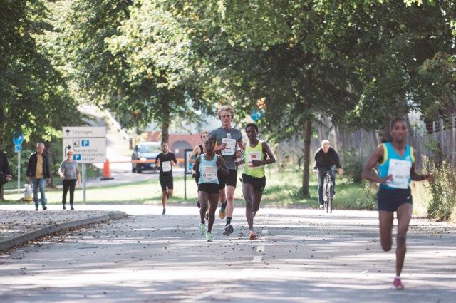 Kretsloppet 2017 efter ca 3 km. Här drar damsegraren Maeregu Shegae ifrån 2:an Hlwot Tefera. Foto: Love Ljungström.