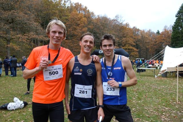 Erik Wickström, Jakob Böhm och Tobias Andervang efter Rya Åsar Trail Run 2017. Även denna tävling lyckades jag bli först bland de som sprang i loppets t-shirt.
