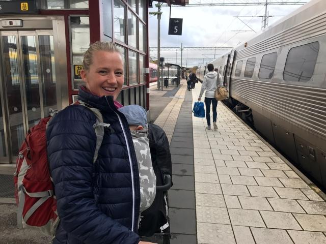 Helena Kullberg (tidigare Persson) och jag satt på samma tåg. Helena är ett år yngre än mig och vi känner sedan ungdomen genom skidåkningen. Ännu en av många boråsare som varit på flykt i storstäder och kommit tillbaks då det varit dags att bilda familj och leta hus.