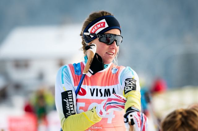 Toblach-Cortina 2017. Exakt så här ser det ut när Astrid Øyre Slind drar ut ärmarna på tävlingsdräkten innan start. Det gör hon i nästan alla lopp. Foto: Magnus Östh.
