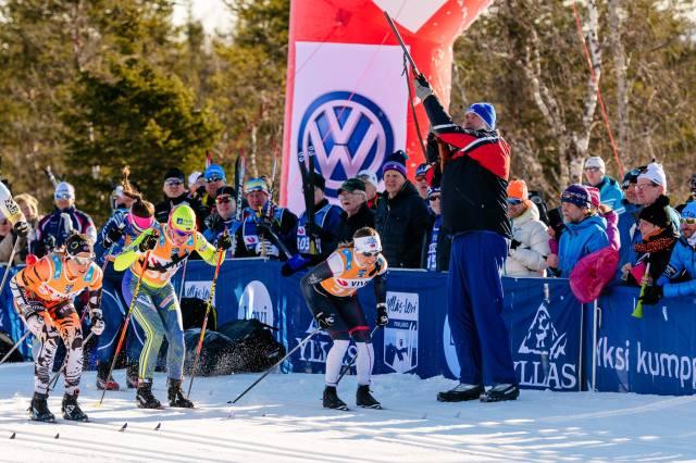 Juha Mieto är fysiskt större än de flesta andra människor, vilket syns på bilden när han avfyrar startskotte i Ylläs-Levi 2017. På 70- och 80-talen tog han många mästerskapsmedaljer, dock inget individuellt guld. Foto: Magnus Östh.