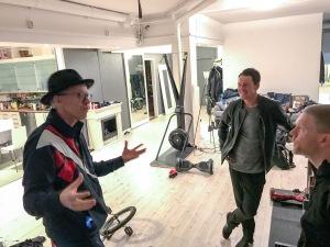 Bingo Rimérs fotostudio innehöll bl a en SkiErg, några enhjulingar, en skateboard och en wattbike