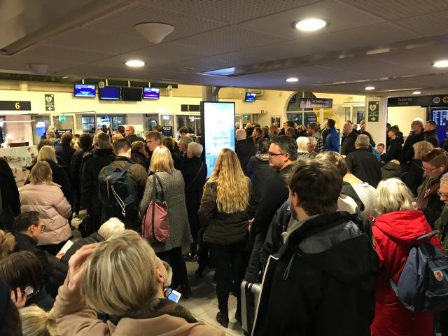 Tjockt med folk. En klassiker på Bromma flygplats på söndagar.