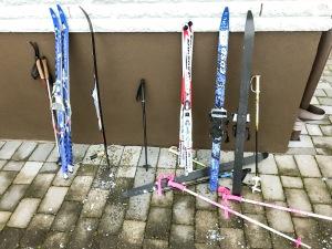 Fyra småtjejer på skidor i trädgården igår. Två med riktiga bindningar och två med enklare varianter.