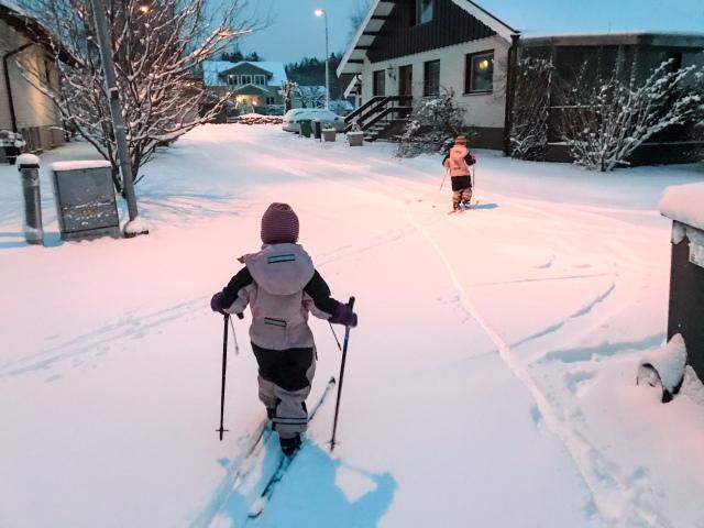 Astrid och Maj på väg till dagis på skidor