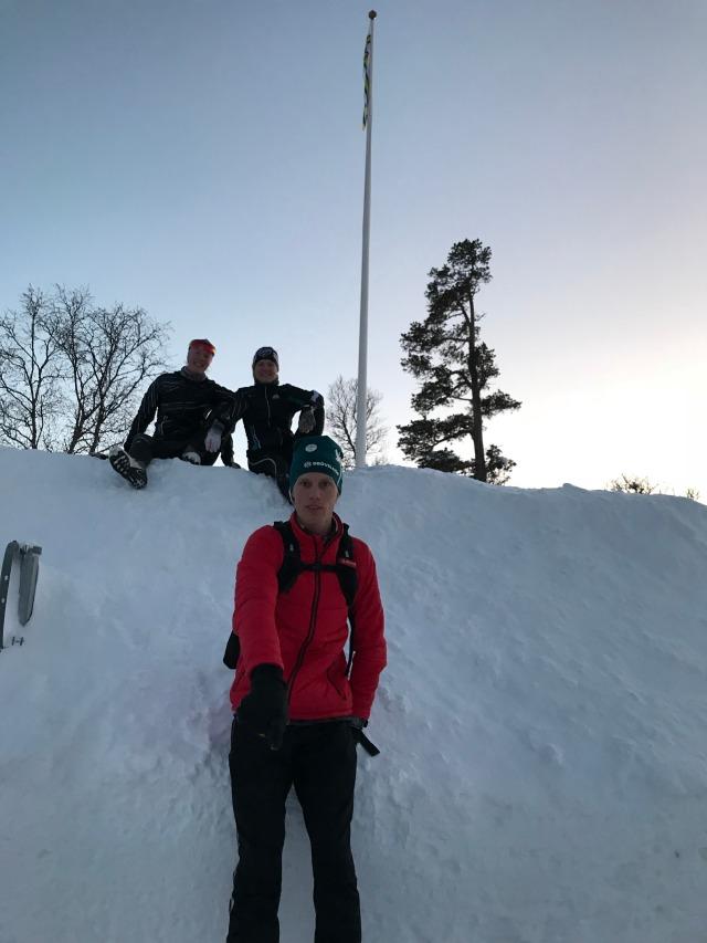 Julia Davidsson och Linnéa Claesson var två skidåkande orienterare som var med på lägret. Här på en ganska hög plogvall utanför fjällstationen