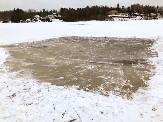 Skidskoåkning på Viaredssjön vid Sjömarkens badplats