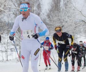 Oskar Svärd framför mig i Vreta Ski Maraton 2018. Foto: Mikael Johansson.