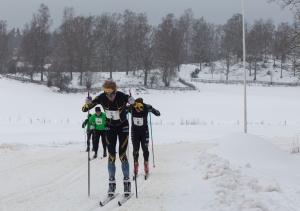 Jag trycker på en banans enda backe framför Gustav Niord, som gjorde ett bra lopp men stördes av att han kraschade två gånger. Vreta Ski Maraton 2018. Foto: Mikael Johansson.