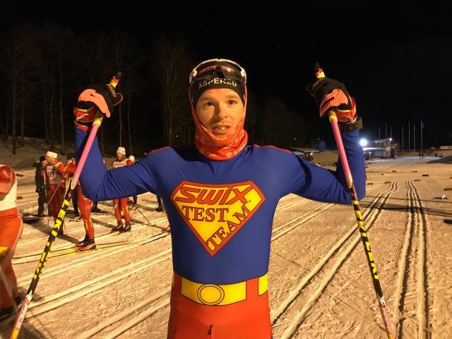 Simon Grenlöv i sin supermandräkt. Naturligtvis överlägset bäst klädd på Borås skidstadion igår.
