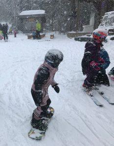 Snöigt när Astrid och kusinerna testade snowboard igår