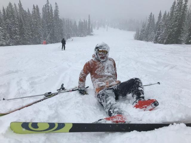 Erik Lindell, min svåger, är en fena på utförsåkning. Men det var svåråkt i snöfallet igår och han gjorde en riktigt snygg krasch när självförtroendet blev för stort.