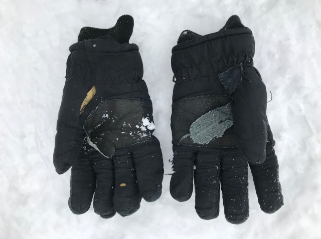 Det blev ett känslosamt adjö till mina handskar som jag köpt på loppis i Alaska för 5 dollar för över tio år sedan. De är lagade i flera omgångar men nu fanns ingen återvändo. Hålen var för många och för stora. Tack för allt!