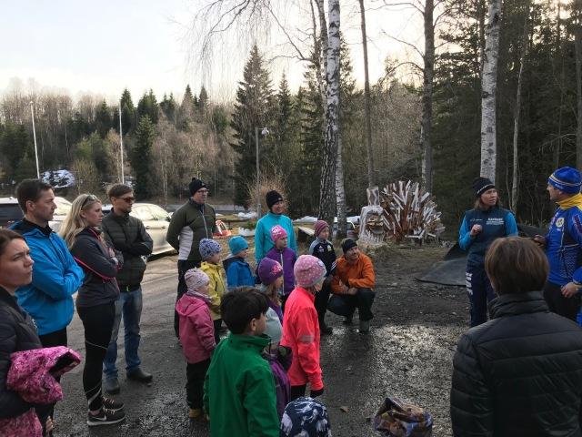 Skogsleken (förstadie till orientering) för barn på 4-8 år där Astrid och Maj är med. Oskar Hane och Ida är ledare.