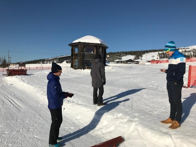 Visma Ski Classics race director Robert Peets till höger vid starten i Ylläs