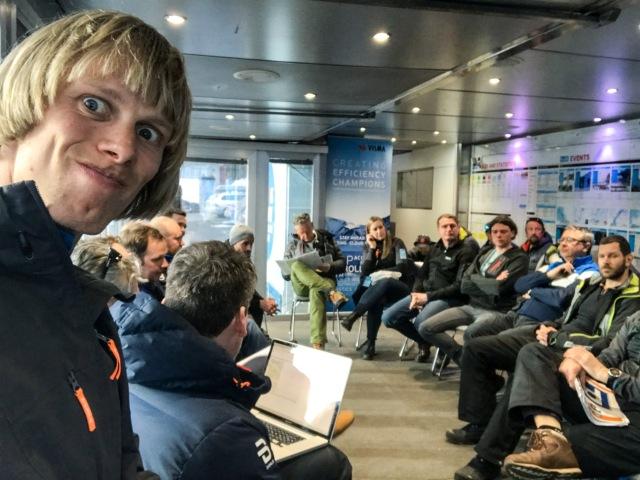 Pre race-möte kvällen innan i trailern med Visma Ski Classics crew.