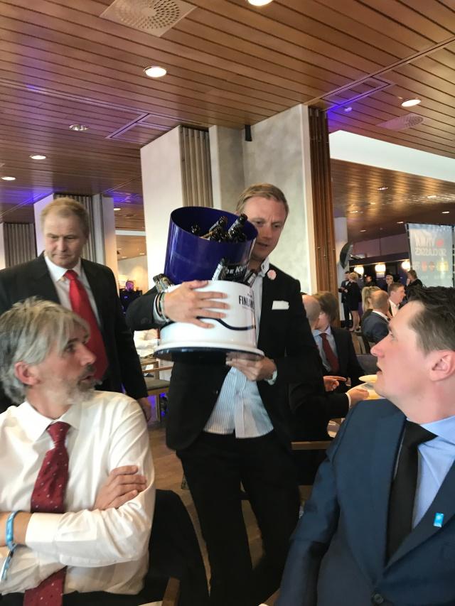 Martin Holmstrand som leder Team Serneke tar drickalangningen på allvar. Bakom honom Kjell-Erik Kristiansen på sweski.com, som jobbade som speaker under dagen och moderator under kvällen.