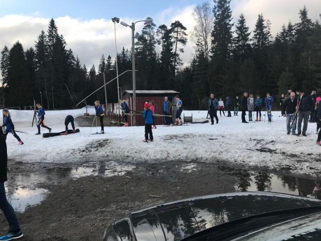 Före inträdet till Hestrastugan hade ungdomarna fått pröva på skidskytte med Jesper Nelin på den blivande Nelinvallen. Nypistat 16 april!