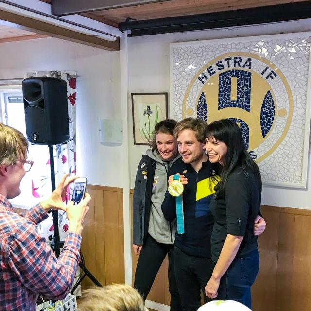 Erik Thiberg fotar Maria Krafft Helgesson med stjärnorna