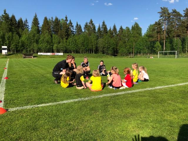 Fotbollsträning i Sjömarkens IF flickor 6 år (minsta gruppen är 5 år)