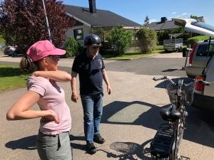 Ida lånade ut sin elcykel till Gunnar Winroth när han cyklade med mig på rullskidor