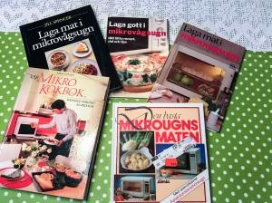 Svärmor Anneli har fler kokböcker än vad du flesta människor har romaner. Hittade nyligen dessa klenoder. Fascinerande att det skrevs kokböcker om matlagning i mikrovågsugn när jag var liten.