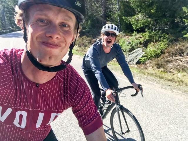 Niklas Bergh och jag cyklar på Ingarö. Hör hur det gick i kommande avsnitt av podcasten Lagom kondition
