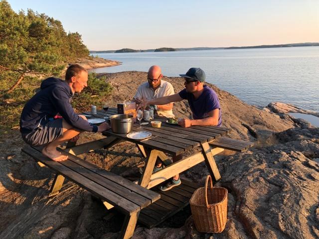 Martin Josefsson, Tobias Magnusson och Erik Thiberg vid Eriks föräldrars ö i Mjörn