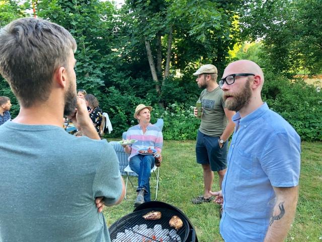 Tobias Magnusson till höger språkar med Viktor Åberg