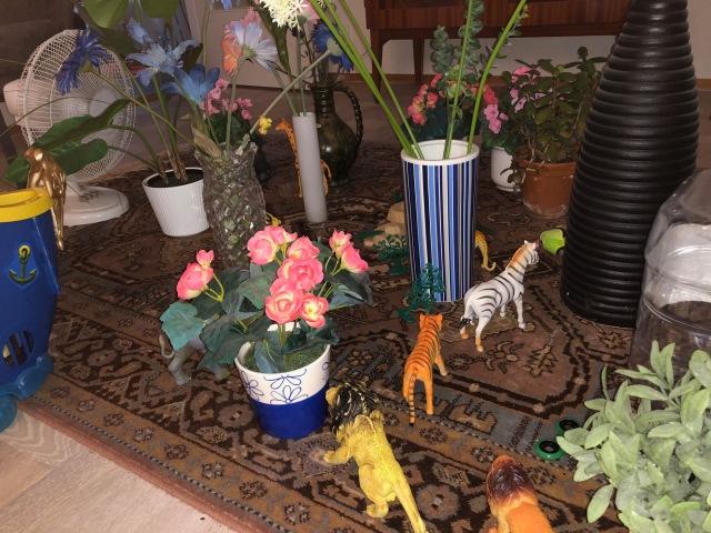 Kusinerna har börjat göra djungler hemma av krukväxter, något som snabbt överfördes till våra barn