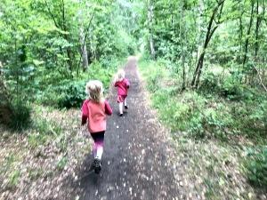 En morgon skulle jag gå ut och springa, men barnen verkade släppa iväg mig ensam. De skulle minsann också löpträna. 1,3 km blev det. Mest löpning men även en del lek och gång.